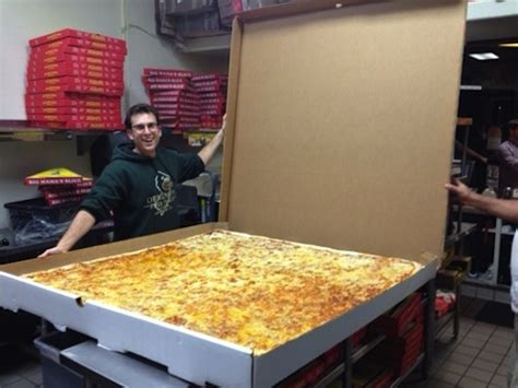 photo   day worlds largest deliverable pizza