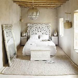Bett Im Wohnzimmer : schlafzimmer inspiration f r romantisches schlafzimmer mit silberner deckenleuchte schlafzimmer ~ Markanthonyermac.com Haus und Dekorationen