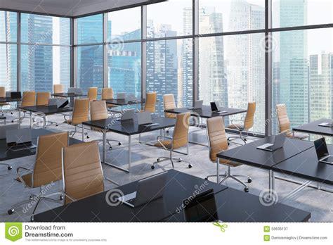 lieux de travail dans un bureau panoramique faisant le