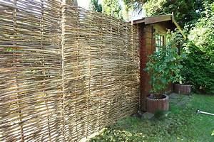 Haselnusszaun naturlicher flechtzaun als sichtschutz im for Natürlicher sichtschutz terrasse