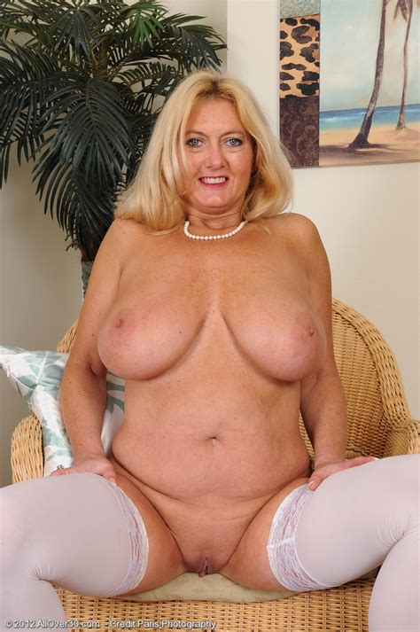 blonde milf tahnee taylor grab her melons moms archive