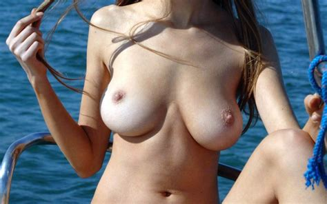 Flashes Titties Girls Flashing Boobies In Public Flashthosetits Com