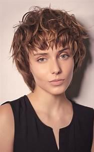 Cheveux Court Bouclé Femme : cheveux les 60 coupes ultra tendance de l 39 automne hiver 2018 19 closer ~ Louise-bijoux.com Idées de Décoration