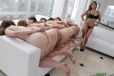 A Gaggle Of Naked Chicks Eating Pussy During Wild Lesbian
