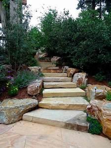 Escalier en pierre et marches dans le jardin deco et for Decoration pour jardin exterieur 8 decoration escalier bois