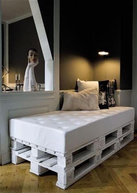 canapé lit en palette 1000 id 233 es sur le th 232 me lit en bois de palettes sur