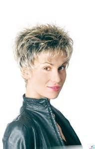 coupe de cheveux courte femme visage ovale model coiffure courte femme les tendances mode du automne hiver 2017