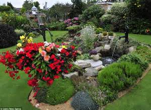 El Jardin De Gaia by Is This Britain S Most Immaculate Garden Pensioner Spends