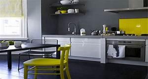 Decoration cuisine peinture gris meubles blanc chaises jaune for Deco cuisine avec chaise cuisine grise