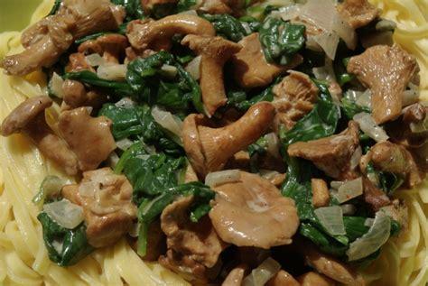 cuisiner les girolles pâtes aux girolles et épinards balade gourmande de cécile