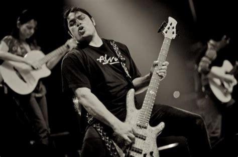Metallicas Basist Spelar Med Rodrigo Y Gabriela
