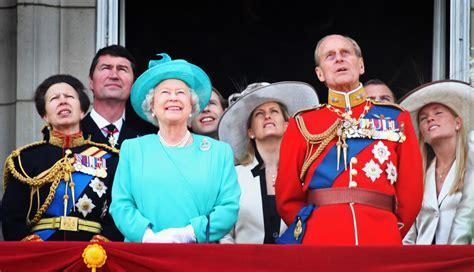Královna alžběta ii., pelé, clint eastwood či yoko ono jsou mezi stovkou celebrit, které francouzský rozhlas omylem pohřbil zaživa. Alžběta II. a princ Filip: Královská láska jako z pohádky ...