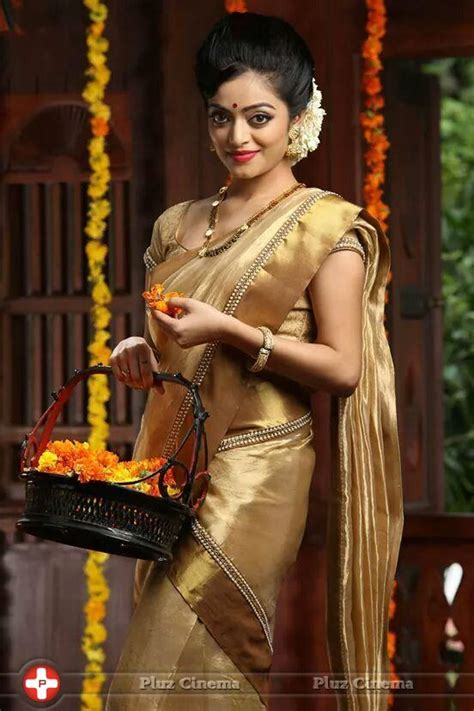 janani iyer gorgeous  traditional saree