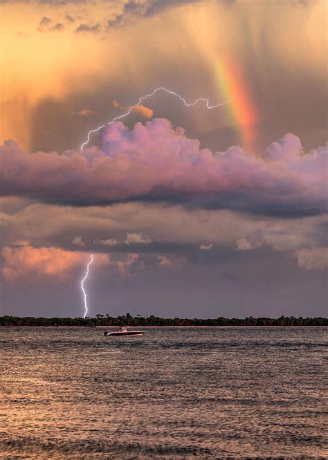 Photographer captures electrifying rare snap of lightning ...