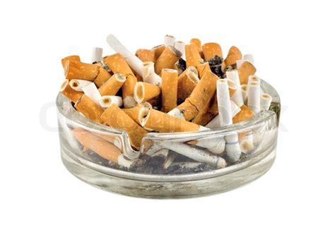 mülleimer mit aschenbecher zigaretten in einem aschenbecher auf wei 223 em hintergrund stockfoto colourbox