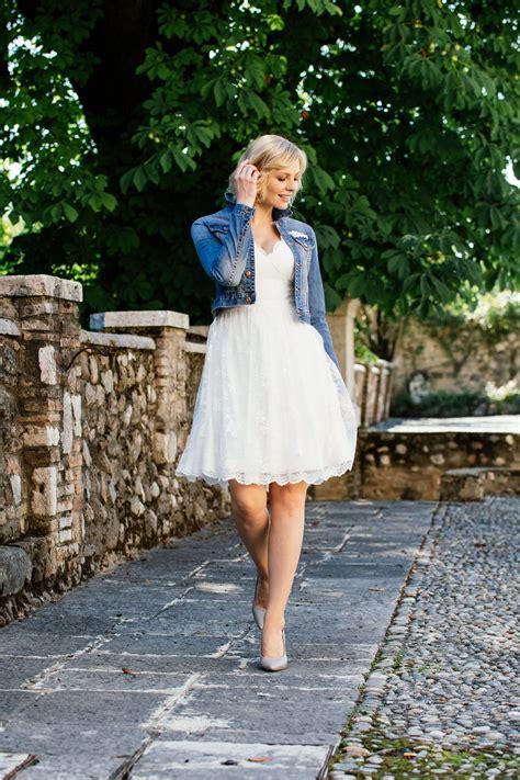 kleid mit jeansjacke knielanges brautkleid mit beidseitigem v ausschnitt unsere knackige brautjacke kurze