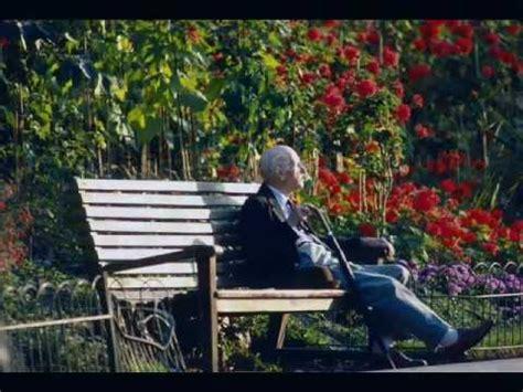 pr 201 vert jacques le d 233 sespoir est assis sur un banc