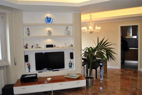 Mensole Sotto Tv by Foto Parete In Cartongesso Allestita Per Tv E Con Mensole