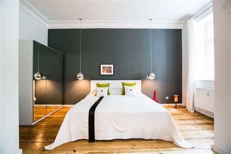 bureau chene massif moderne chambre avec un mur gris et un parquet massif