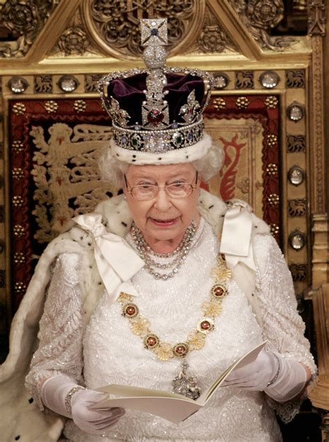 queen elizabeth renews pledge   anniversary