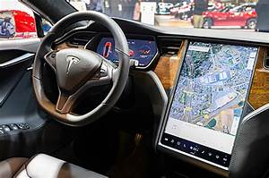 US investigates touchscreen failures in Tesla Model S cars