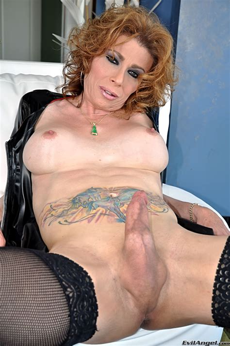 Mature Tranny Fucking With A Chap Photo 2