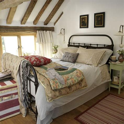How To Achieve A Country Style Bedroom Thehomebarnie