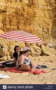 Sonnenliege Für übergewichtige : fat women sunbathing beach stockfotos fat women sunbathing beach bilder alamy ~ Orissabook.com Haus und Dekorationen