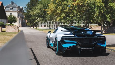 The interior of the divo is a definite departure from the more staid luxury of the chiron. New Bugatti Divo deliveries begin - $8.03 million hypercar hits the road - Automotive Daily