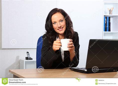 pause caf 233 pour la femme au bureau images stock