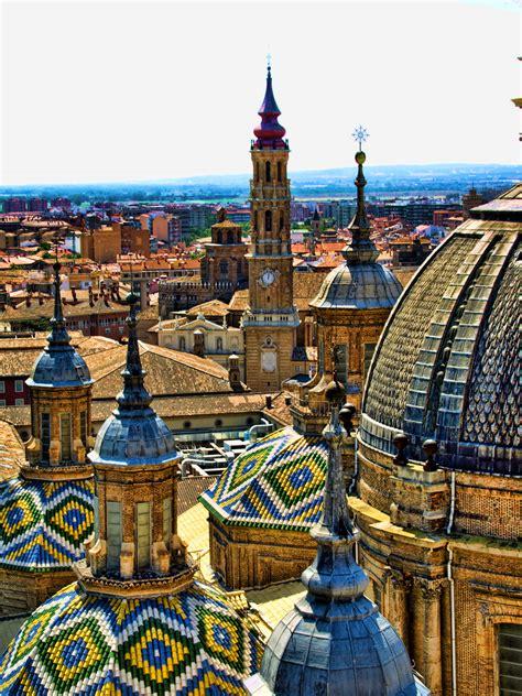 Zaragoza es uno de esos destinos en los que es fácil sentirse a gusto.la ciudad gira en torno a la extensa plaza del pilar, espacio que es escenario de las principales celebraciones. Zaragoza, Spain photo on Sunsurfer