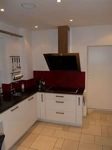 Weisse moderne lack kuche und schwarzer spiegel quarzstein for Weisse lack küche