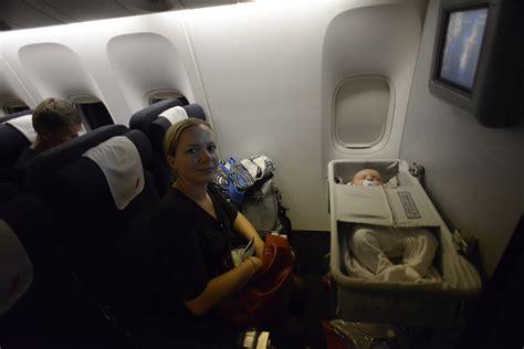 siege bebe avion toutes les choses à savoir pour prendre l 39 avion avec un bébé