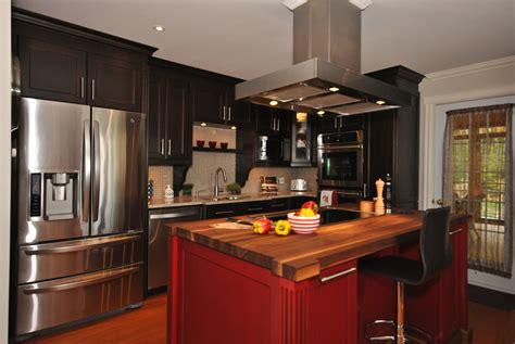 cuisine et comptoir cuisine en merisier de couleur noir avec un comptoir