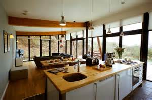 wandbilder design wohnküche mit holzarbeitsplatte roomido