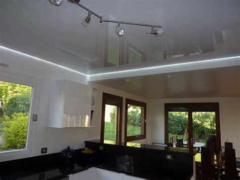 eclairage cuisine plafond plafond de cuisine avec toile tendue blanche brillante et
