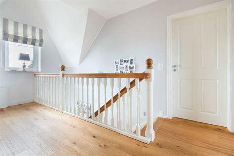 treppengelaender einer holztreppe im romantischem landhaus