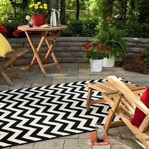 deco terrasse et balcon 25 idees pour un look feminin et With tapis exterieur avec canapé cocktail scandinave