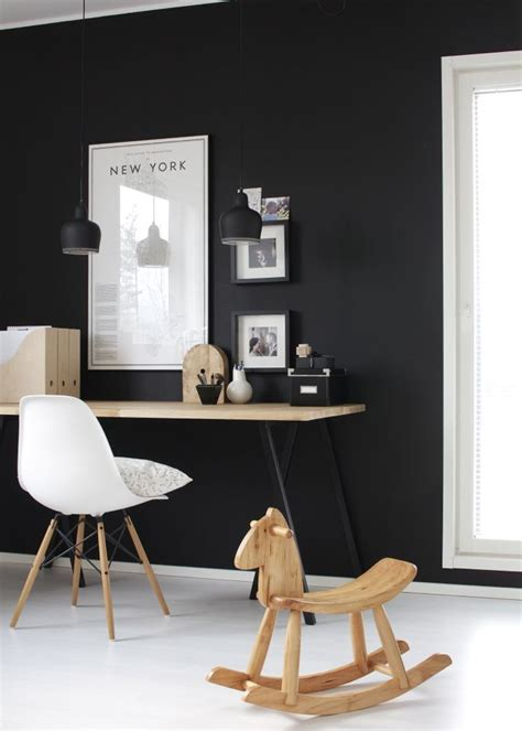 mur peint noir interieur design bureau chaise inspiration