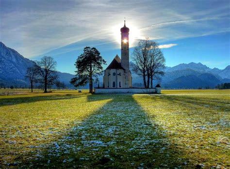 Saule spīd cauri baznīcai - ilustrētā baznīca