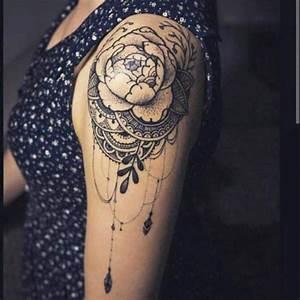 Tatouage Femme Epaule Discret : tatouage de femme tatouage fleurs noir et gris sur paule ~ Melissatoandfro.com Idées de Décoration