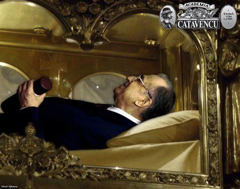 Ion Iliescu - Wikicitatro.m.wikiquote.org › wiki/Ion_IliescuIon Iliescu - politician român, fost președinte al României. Avem și noi o boală în țara asta, iar aceasta este alternanța la Putere. Și chiar dacă există această alternanță la Putere, nu am ajuns să învățăm faptul că ea nu trebuie să întrerupă conti... Read moreIon Iliescu - politician român, fost președinte al României. Avem și noi o boală în țara asta, iar aceasta este alternanța la Putere. Și chiar dacă există această alternanță la Putere, nu am ajuns să învățăm faptul că ea nu trebuie să întrerupă continuitatea anumitor lucruri. (Suceava, octombrie 2005). Vă mulțumesc pentru ce ați demonstrat și în aceste zile, că sunteți o forță puternică, cu o înaltă disciplină civică și muncitorească, oameni de nădejde și la bine, dar mai ales la greu. (București... Hide(document.querySelector(