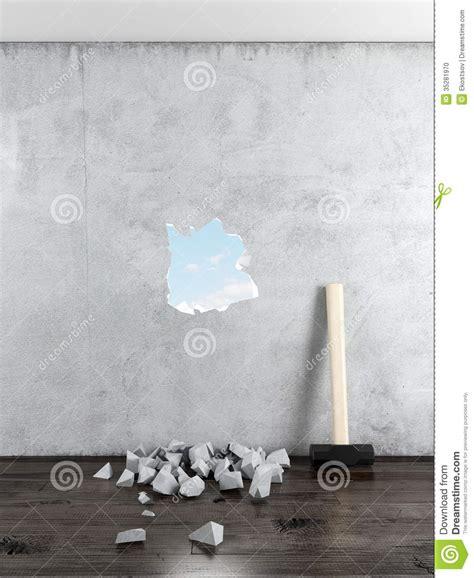 wand loch füllen vorschlaghammer und wand mit loch stockfoto bild