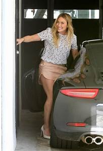 Hilary Duff Photos Photos - Hilary Duff Parks Her Car - Zimbio