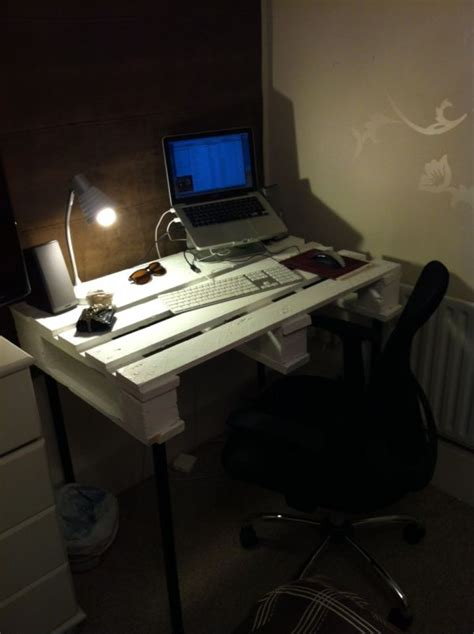 diy pallet desks  nice   save money