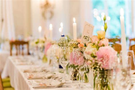blumen lange blütezeit tischdeko bei der hochzeit f 252 r eine lange tafel mit blumen und kerzen foto jung und