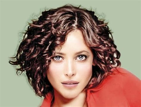 17 Latest Short Curly Hairstyles For Working Women