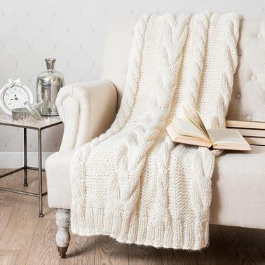 plaid tricote blanc casse en bout de lit maisons du monde