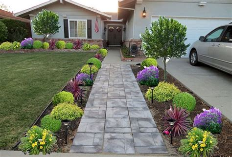 Inexpensive Backyard Landscaping by Best 25 Sloped Front Yard Ideas On Sloped
