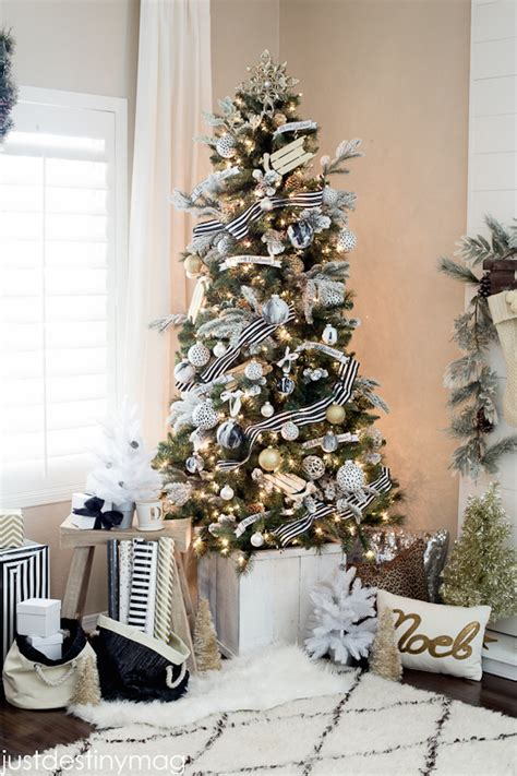 20 chic holiday decorating ideas with a black gold and